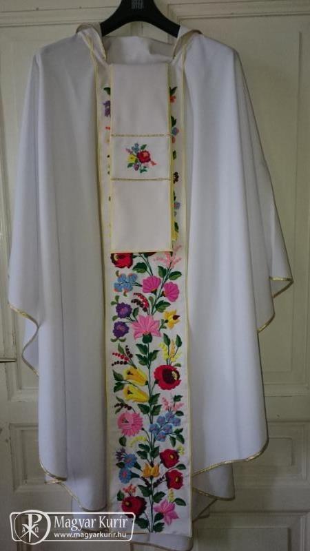 d805b04076 Az ágasegyházi katolikusok még tavaly szeptemberben zarándokoltak Rómába,  és hagytak ott ajándékul egy kalocsai mintás miseruhát a pápának.