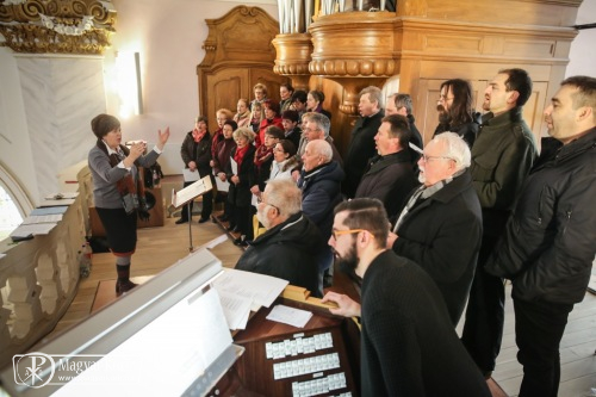 A liturgián a kórus és az orgonajáték egyaránt a szolgálat magas  színvonaláról és áhítatáról tanúskodik 410e67ac33