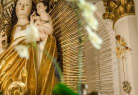 Sok hívet vonz a pápai aranyrózsa Csíksomlyóra