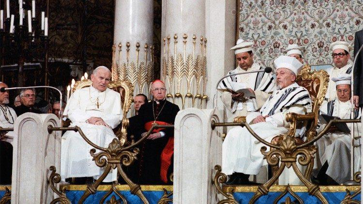 35 éve tett II. János Pál pápa történelmi jelentőségű látogatást a római zsinagógában