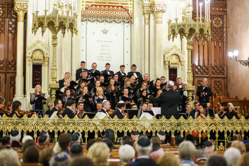 """""""Csak őt dicsérje mind, a mennybolt és a föld"""" – Egyedülálló koncert a Dohány utcai zsinagógában"""