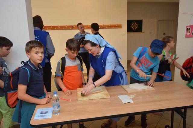 A zarándoklat folyamán a gyerekek az ostyasütést is kipróbálhatták. A  fiatalok elmondták 3ae83de0d5