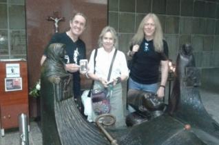 Az Iron Maiden zenészei felkeresték Óscar Romero vértanú érsek sírját San Salvadorban
