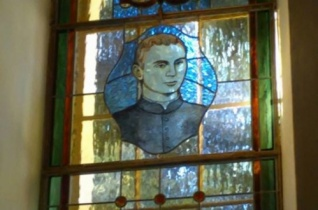 Üvegablak állít emléket egy fiatalon elhunyt szalézi szerzetesnek szülőfalujában