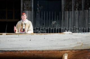Menekülteket szállító csónak volt az úrnapi oltár a kölni dóm előtti téren