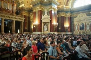 Hálaadó szentmisét mutattak be a frissen végzett orvosokért Budapesten