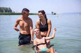 Önfeledt szórakozás az akadálymentes Balatonnál – máltai tábor mozgáskorlátozottaknak