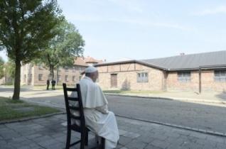 A Szentatya látogatást tett az egykori auschwitz-birkenaui koncentrációs táborban