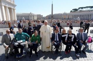 Paralimpikonokkal találkozott a pápa