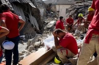 A vatikáni tűzoltók kimentettek egy hároméves kisfiút a földrengés romjai alól
