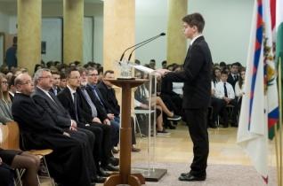 Veres András püspök köszöntötte Szijjártó Pétert a győri Prohászka-gimnázium 1956-os megemlékezésén