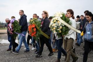 """Fiatalok zarándoklata Auschwitzban: """"Valamennyien lehetünk a béke kézművesei"""""""