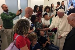 Ferenc pápa váratlan látogatást tett egy római rehabilitációs intézetben