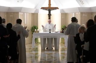 Ferenc pápa: A pénz bálványozása miatt sok gyermek éhen hal
