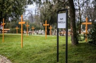 Veres András püspök megáldotta a győri köztemető új papi parcelláját