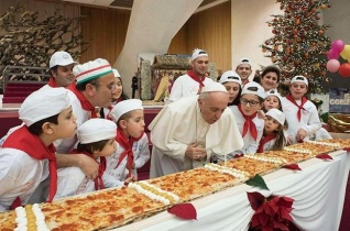 Nem akármilyen tortán fújta el a születésnapi gyertyát Ferenc pápa