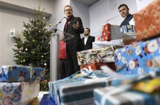 A Karitász kézbesíti az Emmi-dolgozók rászorulóknak készített ajándékcsomagjait