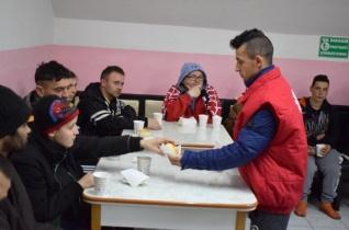 A törődés öröme – Hajléktalanszállóra látogatott Böcskei László a karitász önkénteseivel Nagyváradon