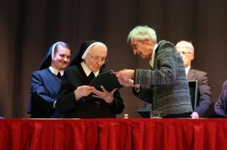 Hargitai Anna M. Magna nővér kapta idén az idei Parma fidei – Hit pajzsa díjat