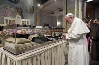 Ferenc pápa Pió atya kegyhelyén: Mindenki csodálja, de hányan követik?
