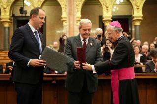 Esterházy-díjat vett át a Parlamentben Marek Jędraszewski krakkói érsek és Paulisz Boldizsár