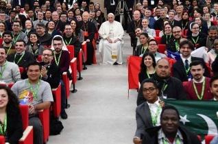 """Ferenc pápa a fiataloknak: kiprovokáljátok, hogy kilépjünk a """"mindig is így volt"""" logikájából"""