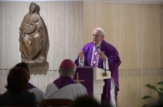 Ferenc pápa: Isten szeret minket, mint egy anya és egy apa