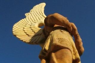 Felújított angyalszobrok várják a német búcsúra érkezőket Máriakéménden