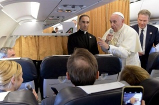 Ferenc pápa az újságíróknak: Elég a kizsákmányolásból, segíteni kell az afrikaiakat fejlődni!