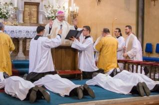 Alakítsd életedet az Úr keresztjének titka szerint! – Pap- és diakónusszentelés Kaposváron