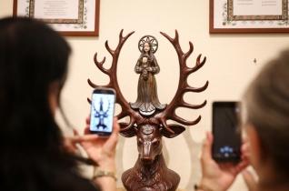 A keresztény művészet küldetése, hogy tükrözze Isten szépségét – Megnyílt Józsa Judit kiállítása