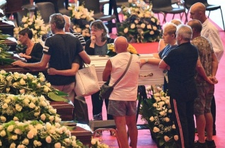 Bagnasco bíboros a genovai áldozatok temetésén: Kapcsolataink lehetnek a híd, hogy átlépjük az űrt