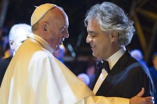 Andrea Bocelli: Örömmel énekelek a családoknak a pápa előtt Dublinban