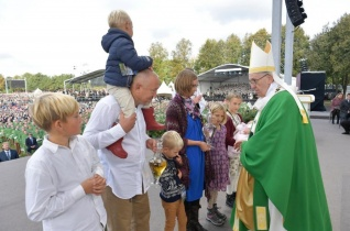 Ferenc pápa homíliája Kaunasban: Ki a kicsiny? Kit állítana ma középre Jézus?