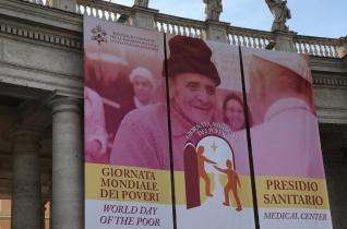 Egy héten át ingyenes orvosi ellátást kapnak a rászorulók a Szent Péter téren