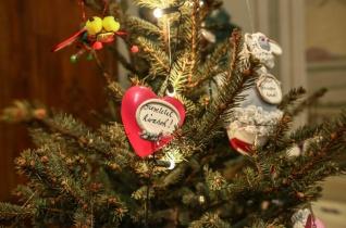 """""""Mindegyik karácsonyfa a mi gyerekünk"""" – Karácsonyfa-kiállítás a Nagytétényi Kastélymúzeumban"""