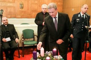 Meggyújtották az öröm gyertyáját a Honvédelmi Minisztériumban