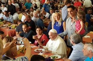 Ferenc pápa hívta meg a szegényeket az olasz pénzügyőrség sportklubjának karácsonyi ebédjére