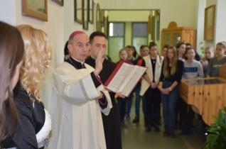 A tolnai katolikus gimnáziumban is elhelyezték a máriagyűdi kegyszobor másolatát