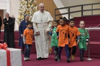 Beteg gyermekekkel és ápolóikkal ünnepelte születésnapját Ferenc pápa