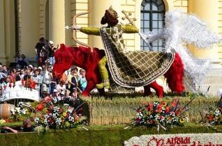Debrecen Szent László-virágkocsival köszönti Ferenc pápát Csíksomlyón