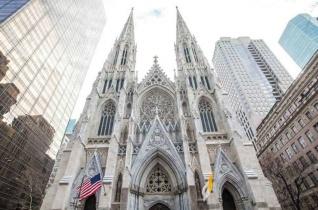 Egy zavart férfi benzinnel akart bemenni a New York-i Szent Patrik-katedrálisba
