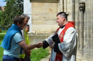 Erdélyi rádiósok gyalog zarándokolnak a csíksomlyói pápalátogatásra – egy kislány gyógyulásáért